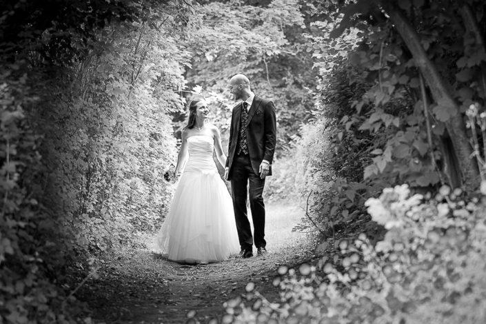 Bild von einem Brautpaar in einer Lichtung bei Marburg