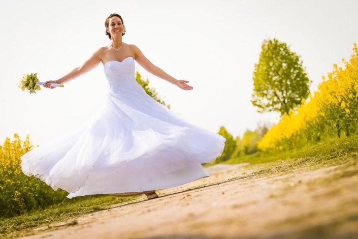 Portraitbild von einer Braut auf der Wiese