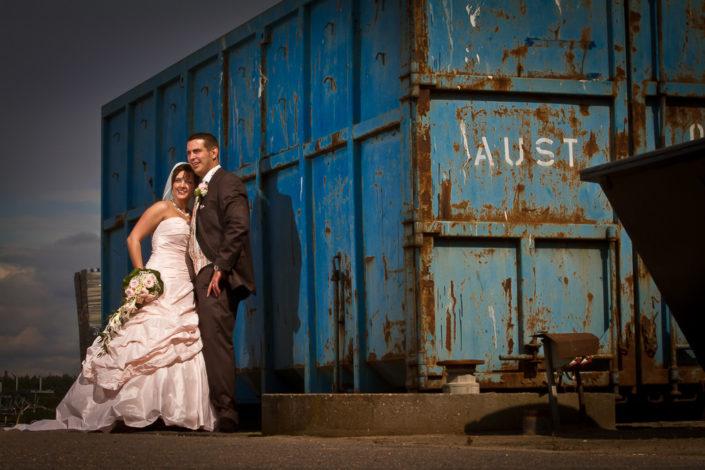 Brautpaar an einem Container-Terminal