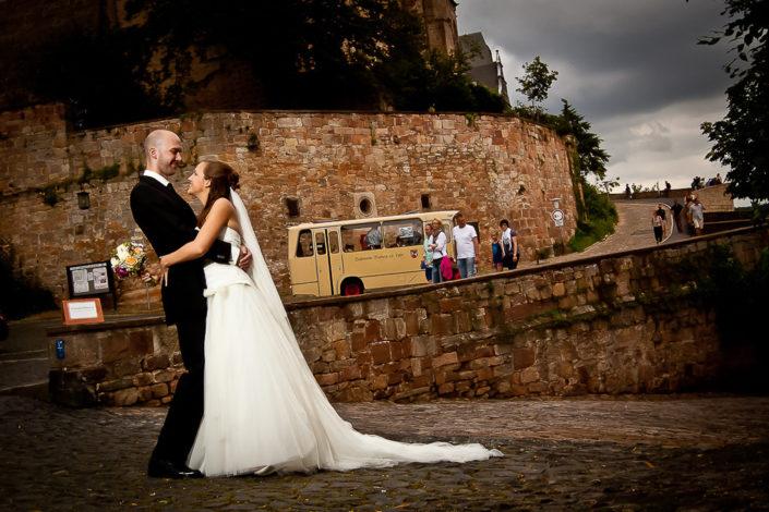 Foto von einem Brautpaar vor dem Schloß in Marburg