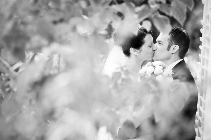 Foto eines Pärchens beim Küssen im Park von Schönbusch