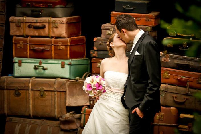 Hochzeitsbild vor einer Kofferwand