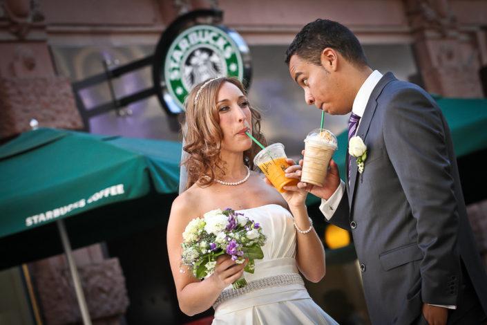 Paarbild vor dem Starbucks an der Börse in Frankfurt