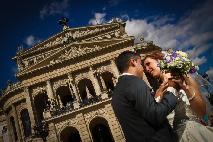 Brautpaar vor der Alten Oper in Frankfurt