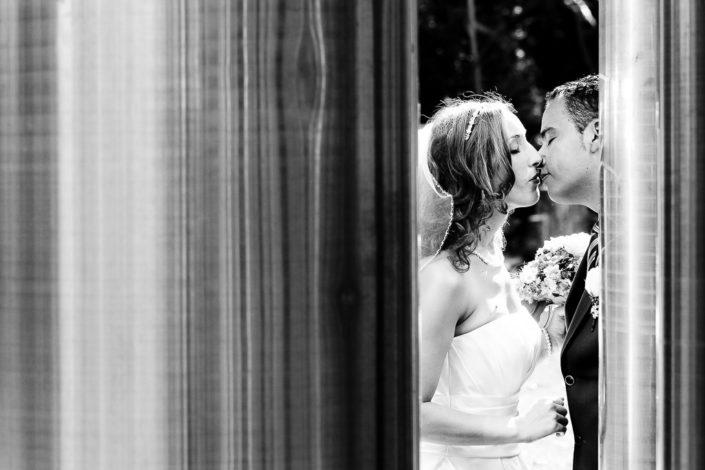 Hochzeitspaar zwischen zwei Säulen in Frankfurt