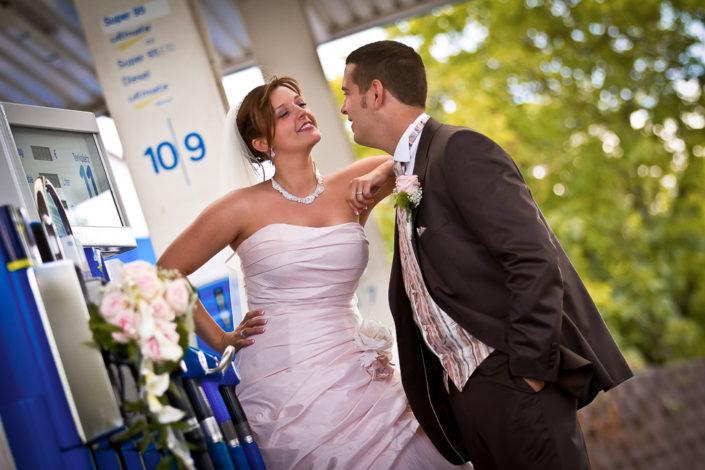 Brautpaar an der Tankstelle