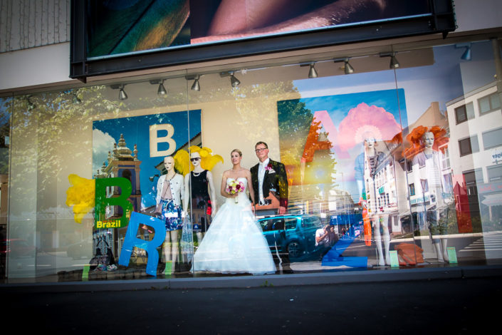 Brautpaar steht in einem Schaufenster in Büdingen