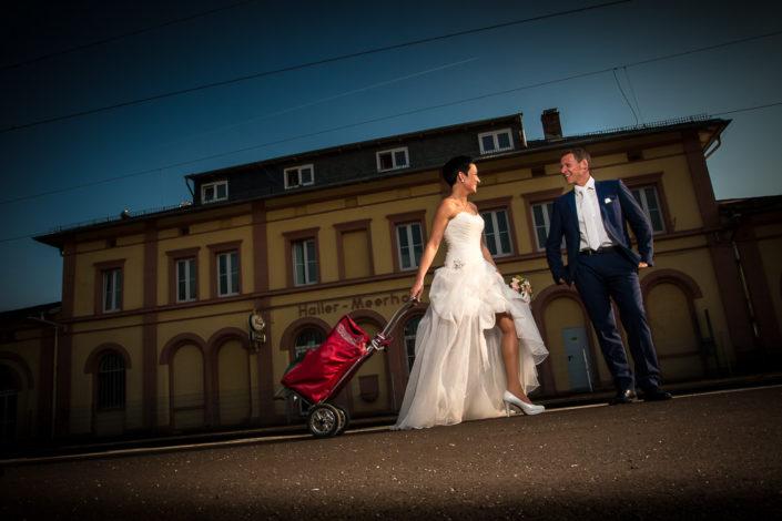 Hochzeitsportrait vor dem Bahnhof Hailer in Meerholz