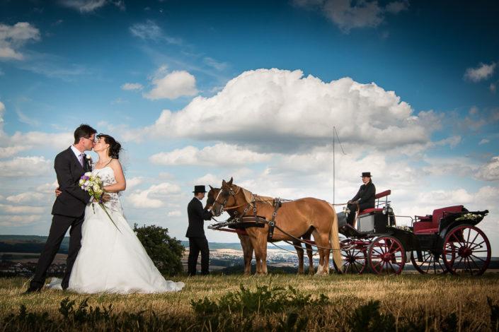 Hochzeitspaar mit Kutsche